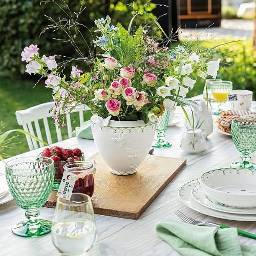 Nádherná široká váza značky Villeroy & Boch vykouzlí zámecké zátiší.