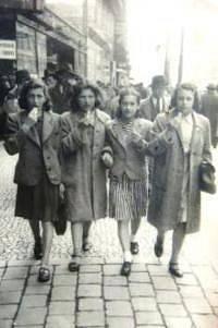 S kamarádkami z Jugendalia v Praze. Eva první zleva, 1940