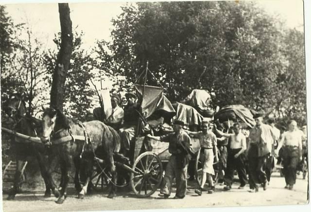 Na této fotografii při stěhování je Milada v popředí, jako první jde Antonín Zápotocký