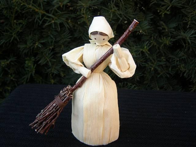 Tradiční figurka z šustí připomíná svým košťátkem, že i jarní úklid je tradice. Na Fleru je prodává značka Arttam.