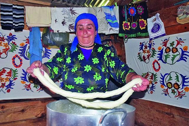 V Adžárii sledovala výrobu domácího sýra.