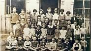Šurany - židovská škola 1.třída, Magdalena Horetzkásedí na lavici první na pravo od učitelky