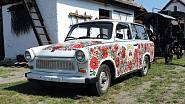 """""""Vyšívaný"""" trabant je součástí sbírek muzea zemědělských strojů v Mezőkövesdu, ale to zdaleka není jediný neobvyklý podklad pro tradiční vzory."""