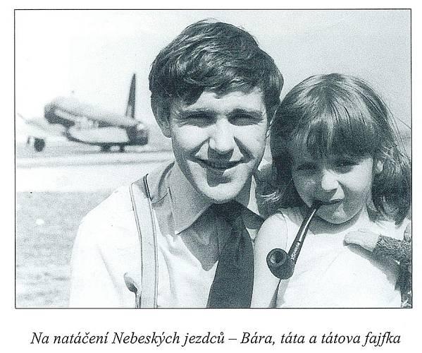Bára s tátou Jiřím na natáčení filmu Nebeští jezdci.