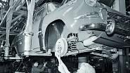Denně vychází z AZNP Mladá Boleslav na 260 vozů 1000 MB. Ludmila Urbanová (vpředu) seřizuje brzdové čelisti a Božena Špitalská provádí montáž tlumičů (1966).