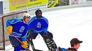 S týmem kolegů z Bruselu. Hokej hrál od dětství, aby si vybil hyperaktivitu.