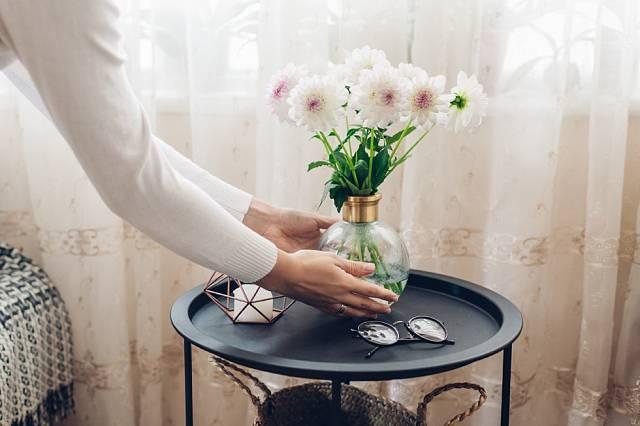 Krásná je květina i váza.