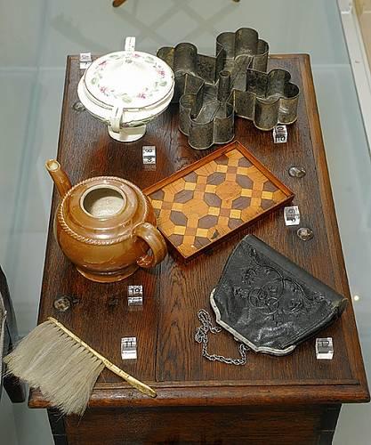Sbírku osobních předmětů z pozůstalosti Magdaleny Dobromily mají v Regionálním muzeu v Litomyšli. Vidíte její omáčník, formu na pečení, čajovou konvici, podnos, smetáček, který sloužil patrně jako prachovka, a kabelka.