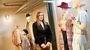 S kostýmy z filmu Skleněný pokoj na výstavě ve vile Tugendhat.