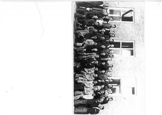 Skupina mužů ze skupiny, ke kterým se připojily Lidické ženy během návratu z Ravensbrücku