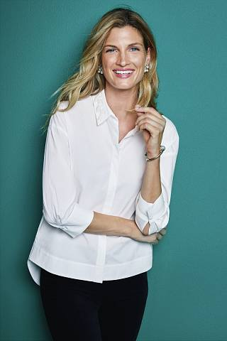 Klasická bílá košile je základním pilířem dámského (i pánského) šatníku.