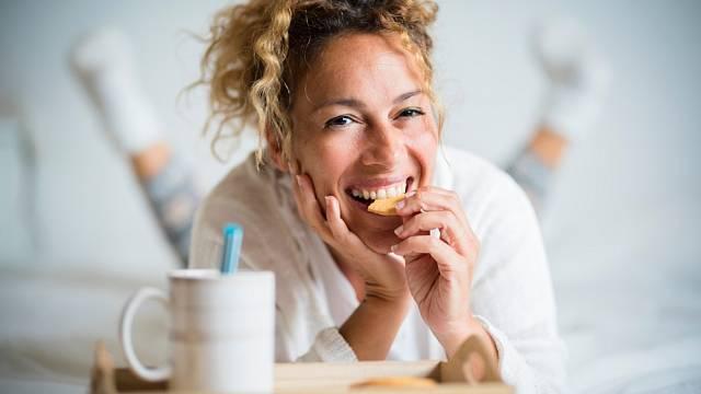 Nemusíte jíst hned po probuzení, ale hladovět celé dopoledne se nevyplácí