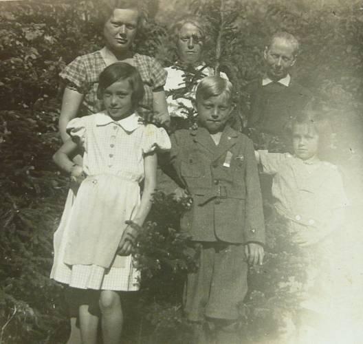 s bratrancem, tetami z otcovy strany, babičkou a mladší sestrou