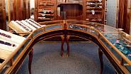Původní nábytek z 20. let z pražské prodejny kravat uvidíte v expozici v textilce.