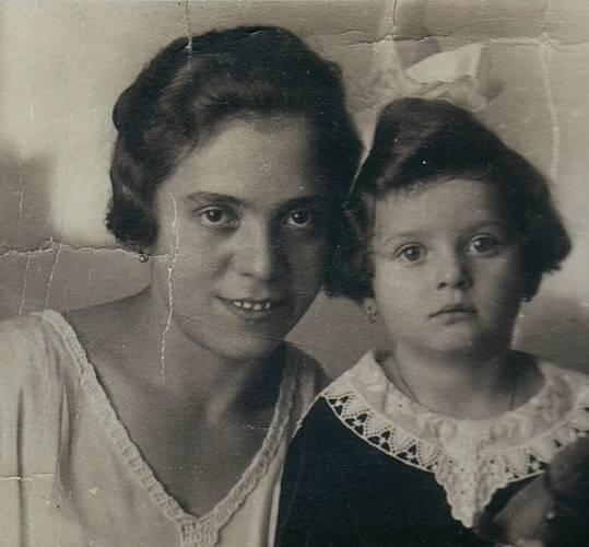 Anna Hyndráková, rozená Kovanicová s maminkou