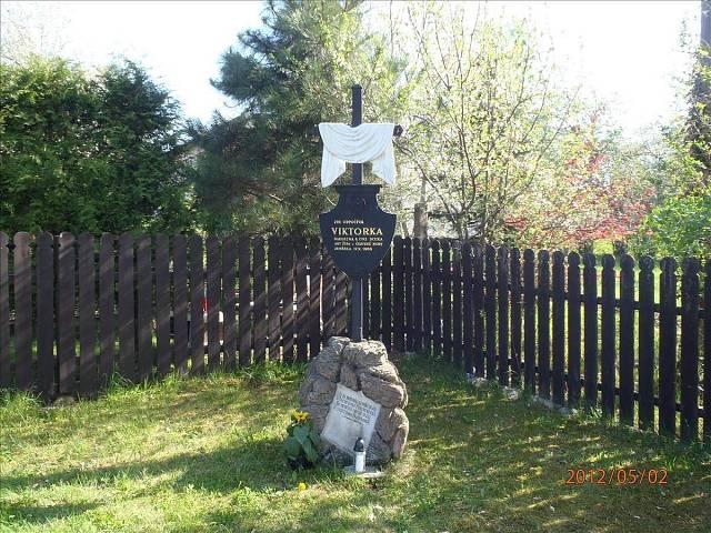 V zahradě v Červeném Kostelci je  pomníček slavné Viktorky.