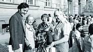 Filip jde do školy, doprovázen oběma babičkami, otcem a dědou Jernekem. Maminka zřejmě fotí.
