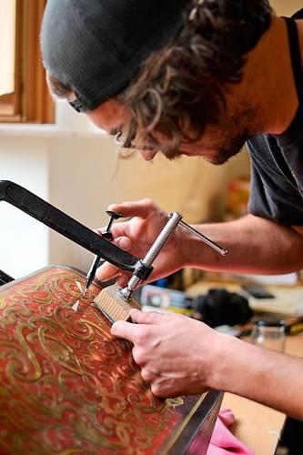 Student restaurátorství Jakub Barna opravuje kastlík na listiny z poloviny 19. století.