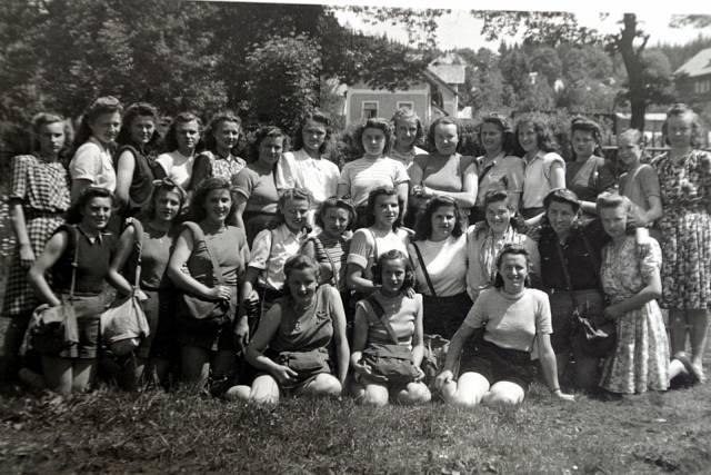 Marie v české škole (první řada, dívka uprostřed)
