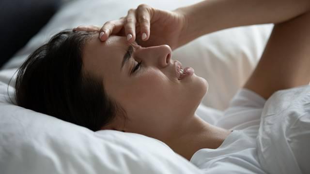 Přetrvávající bolest hlavy je jedním z příznaků postkovidového syndromu