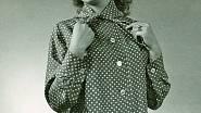 Dagmar Janečková pózuje fotografovi v pyžamu (50. léta).