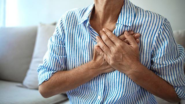 Bolest na hrudi, ale také bolest v zádech. Tak se u žen projevuje infarkt