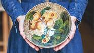 Každý talíř zdobí zevnitř i zvenku čtyřmi vrstvami papíru a mnoha vrstvami lepidla.