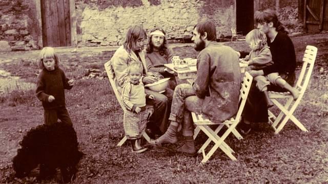 Manželé Parkánovi (vlevo) s dětmi u domu v Řepčicích a Charlie Soukupem, který se stal dalším obyvatelem domu.