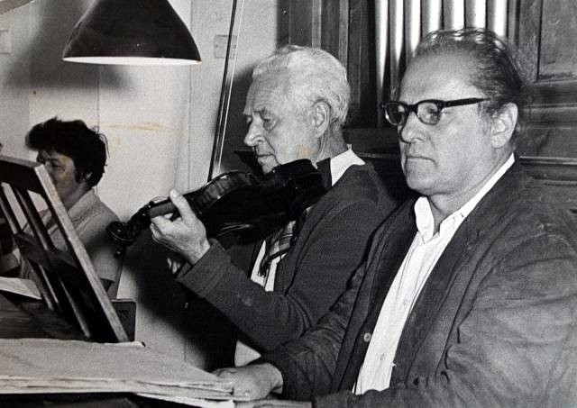 Mariin manžel (vpravo)hraje na varhany při koncertu v železnorudském kostele