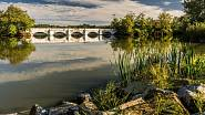 Most přes rybník Vítek mezi Novou a Starou Hlínou na Třeboňsku