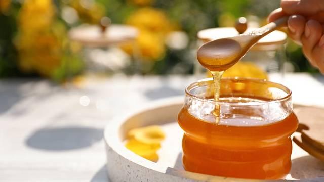 Med si kupujte ideálně místní z produkce českých včelařů.