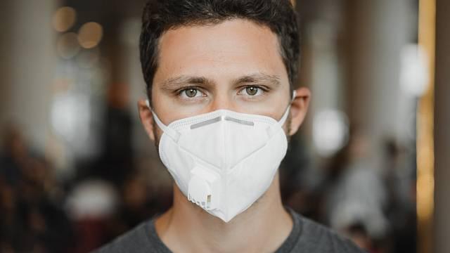 Jak se starat o pokožku, když musíte nosit respirátor