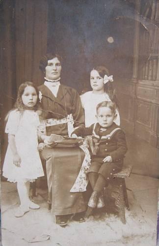 Maminka Božena, sourozenci Anička, Božena a Jan Glogarovi- všichni byli za války popraveni