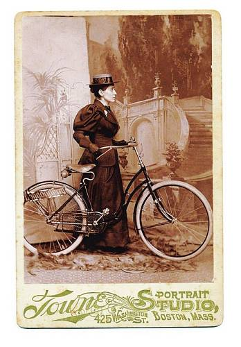 Annie se nechala vyfotit v ateliéru, aby mohla prodávat fotky s podpisem.