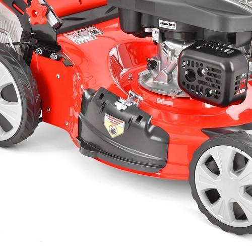 Benzínové sekačky jsou větší a hlučnější, ale udělají poctivý kus práce.