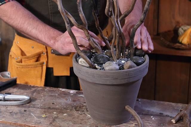 Povrch vysypte ozdobnými kamínky.