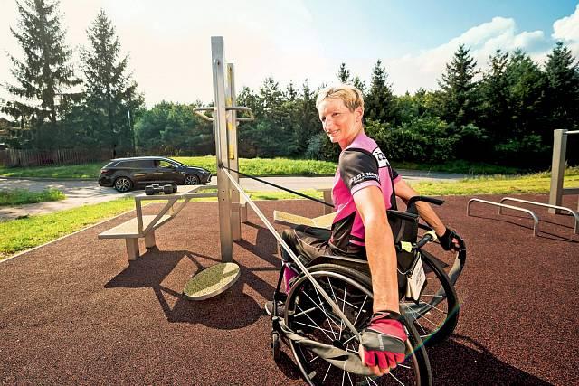 Příprava na paralympiádu v Tokiu je srovnatelná s tréninkem špičkových cyklistů. Kateřina tráví hodiny v posilovně, bazénu, na handbiku.
