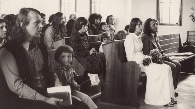Svatba Viktora a Petry Parkánových v Chotíněvsi. Vlevo Sváťa Karásek