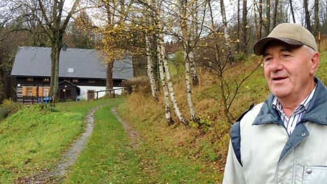Klement Neugebauer u rodinného domu v Neratově v roce 2017.