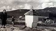 Krajina v okolí Železné Rudy před válkou. Kaplička (a mnoho dalších) byla po r. 1948 zbořená.