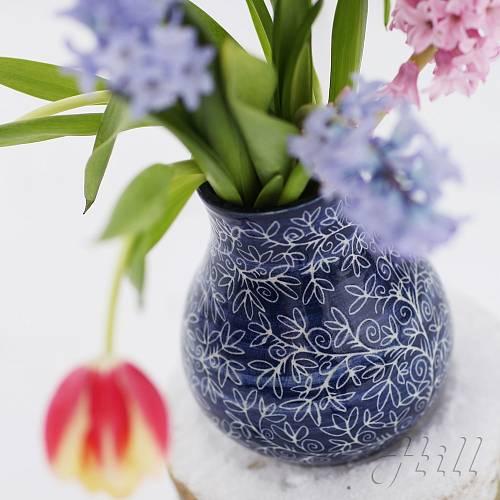 Jako z modrotisku je váza od Terezy Hillebranatové.