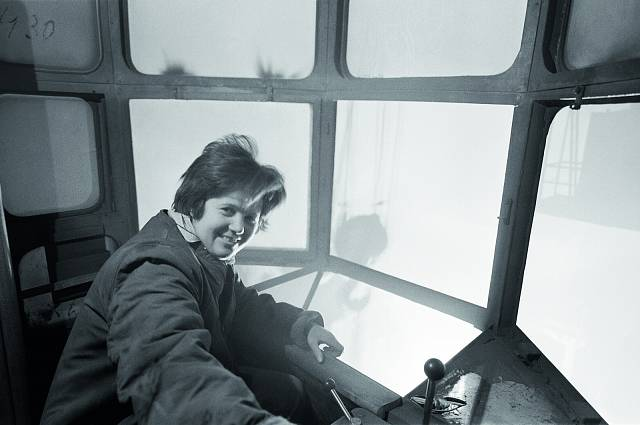 Marie Sluková, členka BSP a brigády XII. sjezdu KSČ, na nové ocelárně Poldiny huti v SONP Kladno dokázala, že i žena může řídit odlévací jeřáb (1963).