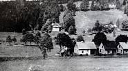 Vila rodiny Antošových (v kopci u lesa) v Železné Rudě, stav před válkou