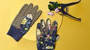 Tyhle jsou ukončené pružným lemem na zápěstí a mají úpravu proti klouzání předmětů, které máte v ruce.