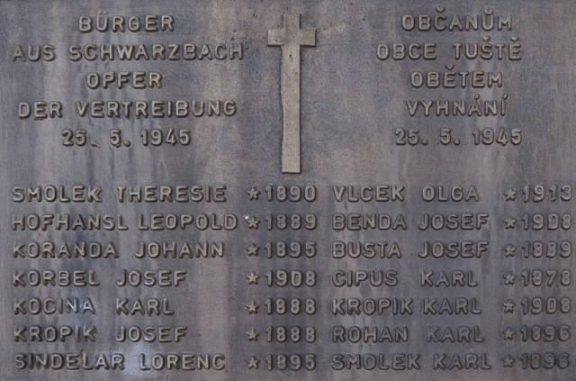 Jména popravených na kameni v Tušti. Pouze Olga Vlček (ve filmu ztvárněná Barborou Polákovou) kolaborovala s nacisty