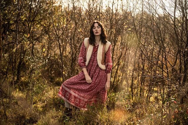 Šaty s vestou, Dilli