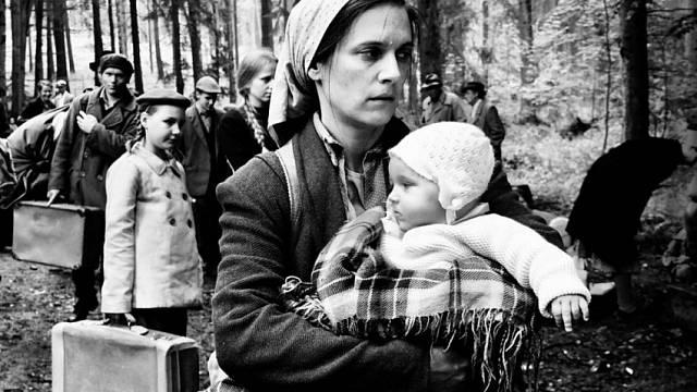 Vyhnání maminky Ferdinanda Korbela ve filmu Krajina ve stínu, miminko je Ferdinand Korbel