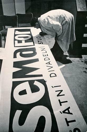 Jiří Suchý byl vystudovaný propagační grafik a je autorem semaforského loga. Spolu se svou ženou Bělou navrhoval plakáty a programy. Tyto archivní materiály jsou nyní k vidění v muzeu Kufřík v Kyjevské ulici v Praze 6.