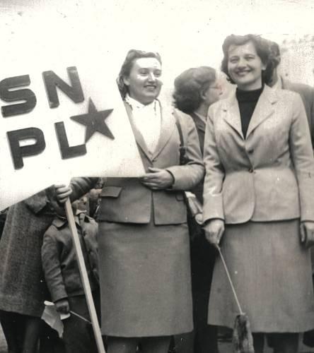 Na oslavě 1. máje, Erna vpravo, vlevo manželka ministra Jiřího Hájka