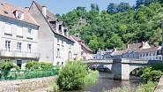 Středověký most přes řeku Creuse pamatuje barvíře a tkalce, kteří v Aubussonu vytvářeli tapiserie pro kompletní sérii francouzských králů.